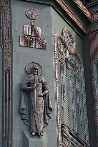 Скульптурное изображение святого благоверного князя Александра Невского на фасаде главного Храма Вооруженных сир РФ в парке Патриот