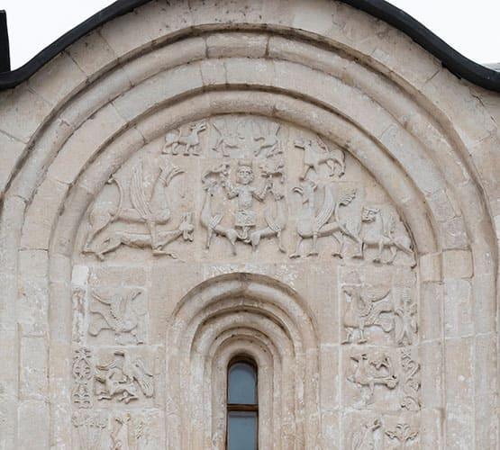 Сюжет вознесение Александра Македонского на барельефе Дмитриевского собора во Владимире